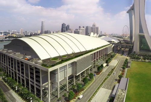 Sands Expo & Convention Centre di Marina Bay Sands, dilihat dari Bayfront Avenue