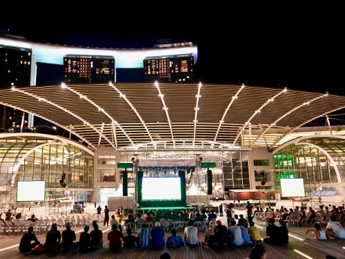 Pesta malam di Event Plaza - Marina Bay Sands
