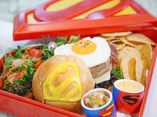 Batman Burger oleh DC Comics Super Heroes Cafe di Marina Bay Sands