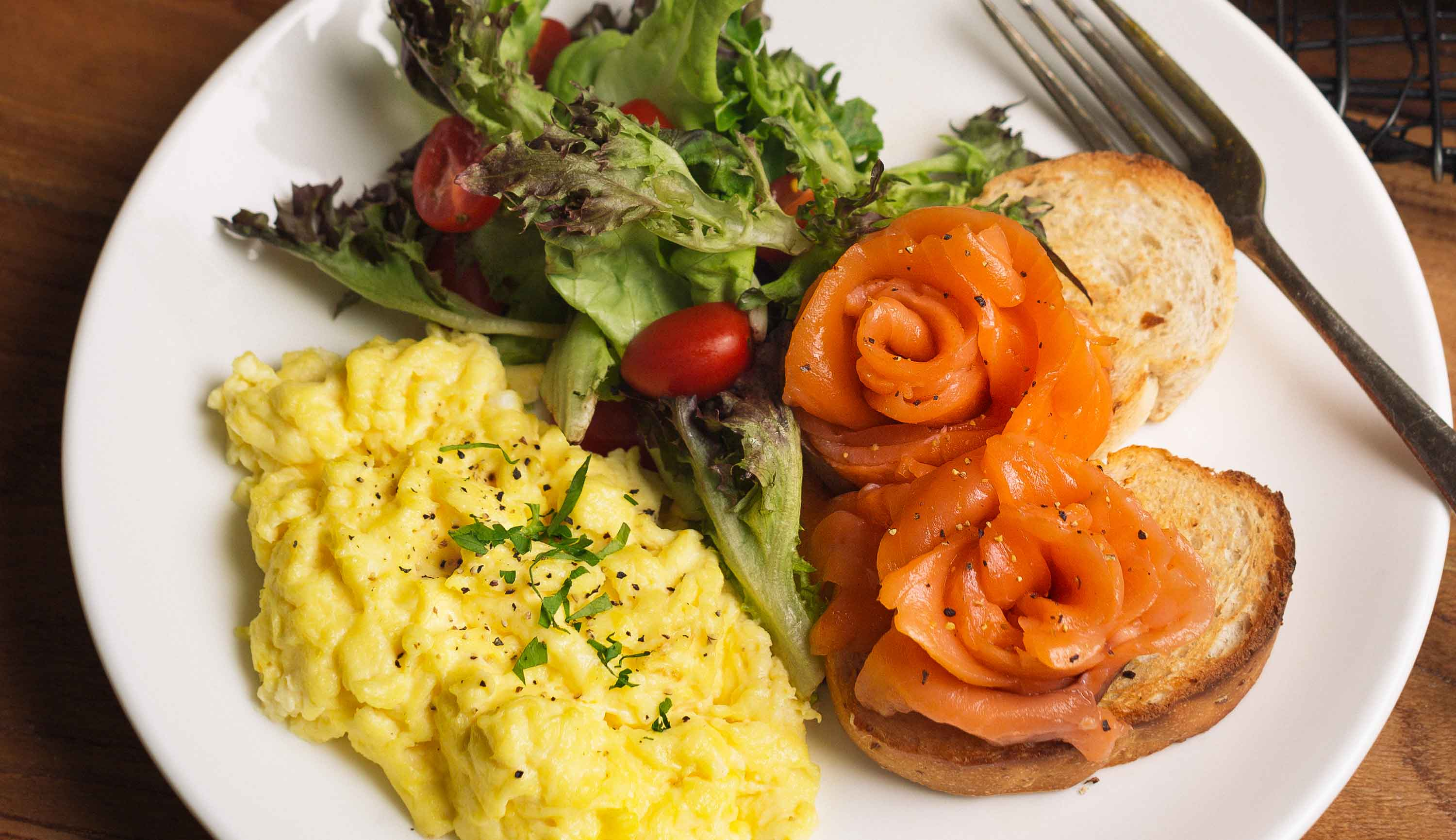 Hidangan Khas Dapaolo - Scramble Eggs with Smoked Salmon and Mesclun Salad